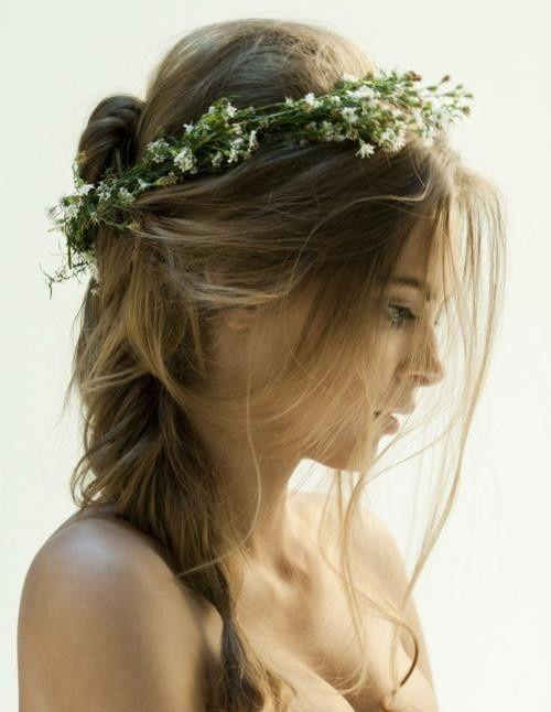 lche je fais quoi avec ma crinire les cheveux relevs et lchs la fois offrent le compromis idal le rsultat est naturel on peut y ajouter - Coiffure Mariage Cheveux Mi Long Lachs