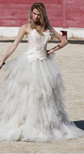 ANA QUASOAR Attirez tous les regards sur cette robe de mariée au bustier victorien, idéal pour valoriser une petite poitrine.  Photo : Bruno Sabastia-Joyce