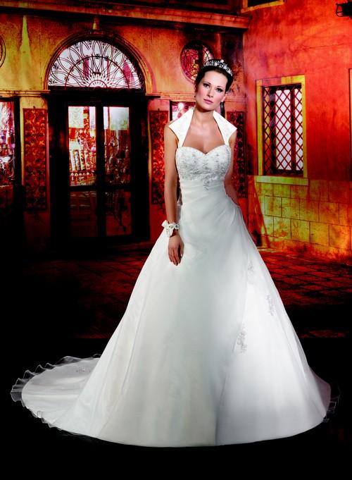 COLLECTOR 2013 Reine de beauté, cette robe signéeCollector met l\'accent sur le décolleté grâce à son col chemise.  Photo : The group ©