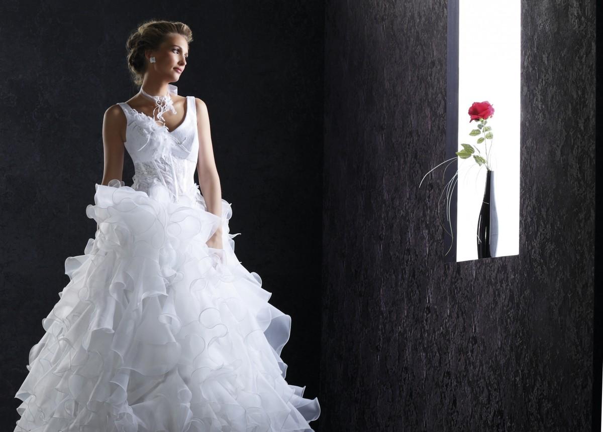 Birdy Glamour et sophistiquée, cette robe de mariée toute en tulle bouffant, emploie la plume de façon subtile et raffinée, sur un corset tout simplement divin. Vous voilà prête pour vous envoler vers les cieux de l\'amour...  Crédit photo : PIA BENELLI