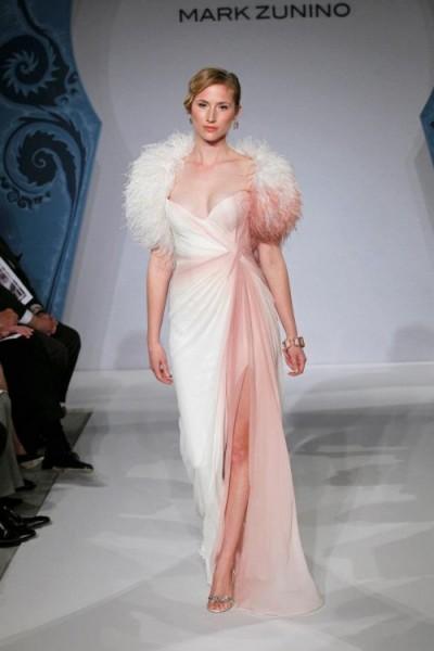 Mark Zunino, du rose et des plumes Un souffle de rose sur les plumes et un effet presque tie & die sur la robe, la robe de mariée rose selon Mark Zunino. Crédit photo: Mark Zunino
