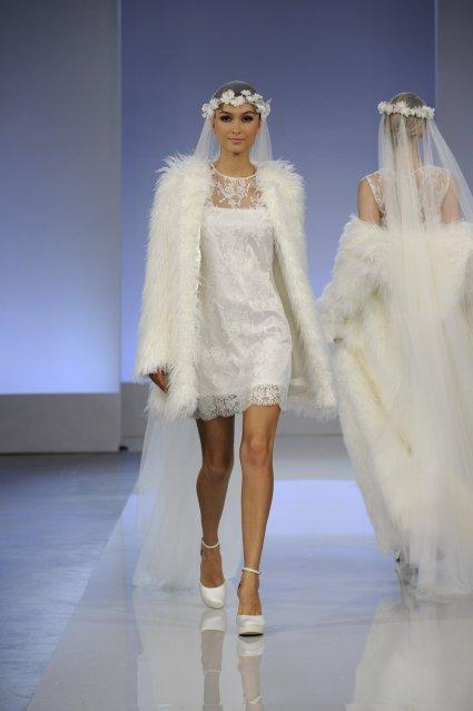 CYMBELINE Robe courte dentellée accompagnée d\'un manteau en fourreau, idéal pour les saisons chaudes ou hivernales. Modèle Wondersalle 2013