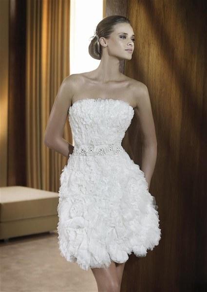 PRONOVIAS Une robe tout en volume qui révèle la taille grâce à une ceinture qui contraste avec le reste de la robe. Modèle Figaro signé Pronovias.
