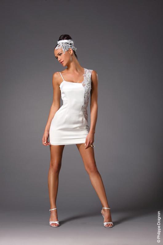 CHRISTOPHE ALEXANDRE DOCQUIN La robe darmstadt signée Christophe Alexandre Docquin est en tissu satiné blanc orné de dentelles sur tout le côté de la robe. photo : Philippe Doignon