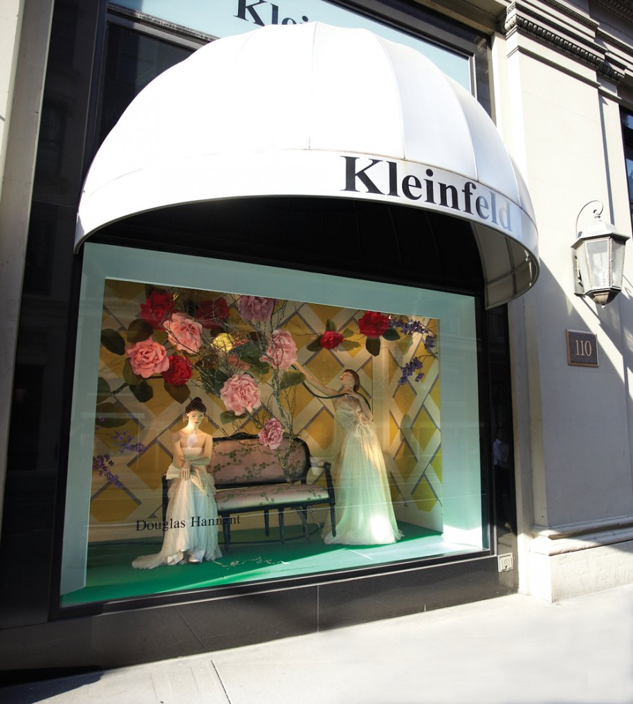 La boutique possède 3 grosses vitrines sur la devanture de sa boutique. Un avant-goût des 3000 m² qui se trouvent à l\'intérieur.