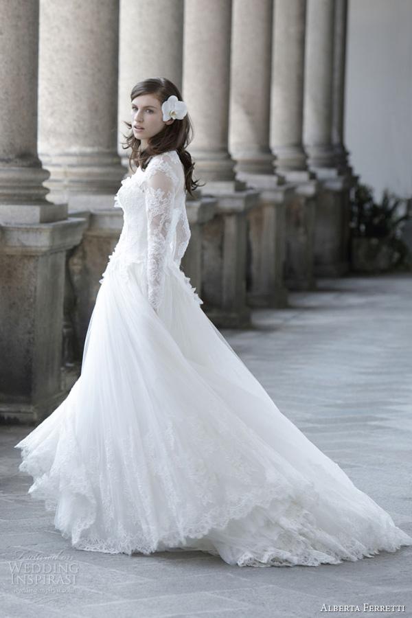 Alberta Ferretti Une robe en dentelle souple et voluptueuse qui couvre les épaules de manière sobre et élégante.
