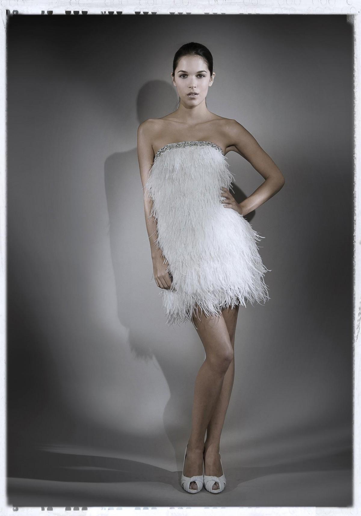 Charleston Qui a dit que la plume ne s\'adapte qu\'aux robes de mariée romantiques et chimériques? Ici, Nicolas Fafiotte nous propose une robe délicieusement vintage et moderne à la fois, jonglant entre une plume exacerbée et un «court» ultra glamour.  Crédit photo : NICOLAS FAFIOTTE