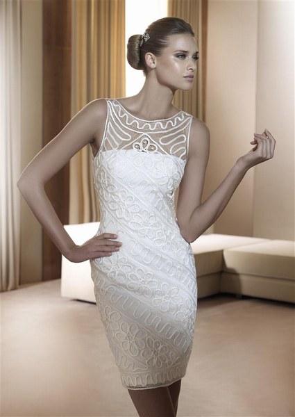 PRONOVIAS En dentelle et mikado de soie, la robe Foro du créateur Pronovias épouse parfaitement la silhouette. Allure chic et choc !