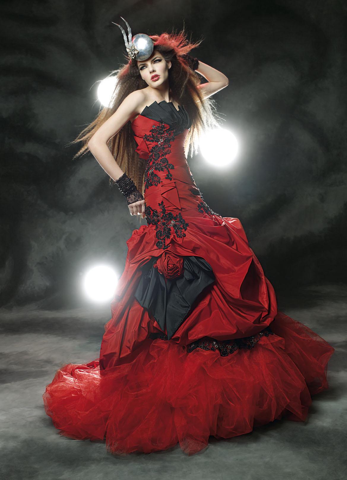 Gothique L\'alliance du rouge et du noir, plutôt inattendue pour un mariage, fait de cette robe inédite créée par Maria Karin est une véritable œuvre d\'art. Avec son bustier graphique, ses surpiqûres dentelées et son jupon ébouriffant, elle confère à toutes les mariées un look mystérieux un brin coquin.  Crédit photo : Maria Karin