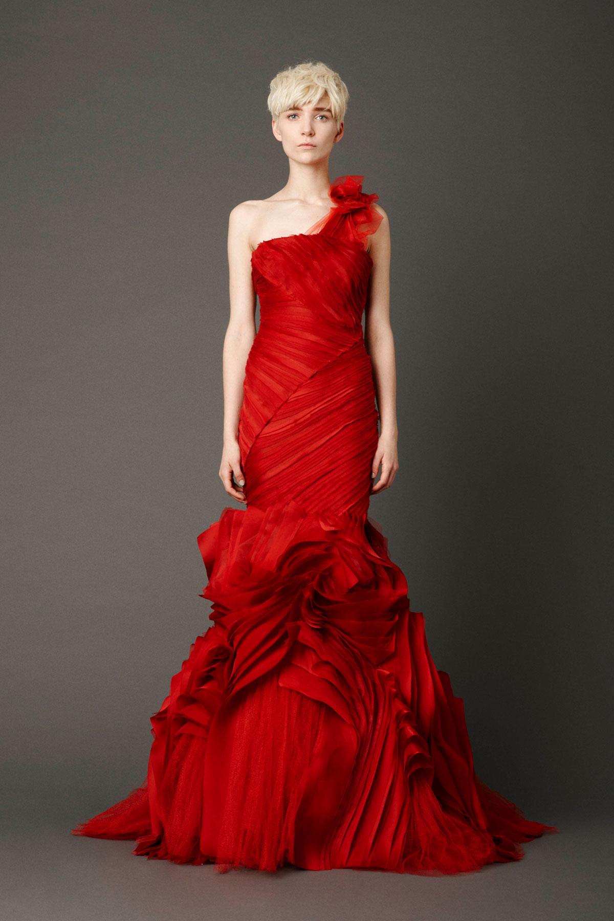 Red carpet La styliste américaine Vera Wang l\'a bien compris: le rouge est la couleur de prédilection de la passion et du glamour. Pour fouler au pied votre salle de réception comme à l\'âge d\'or du cinéma Hollywoodien, cette robe de mariée fourreau toute en drapées et volumes asymétriques est une ode à l\'amour.  Crédit photo : Vera Wang