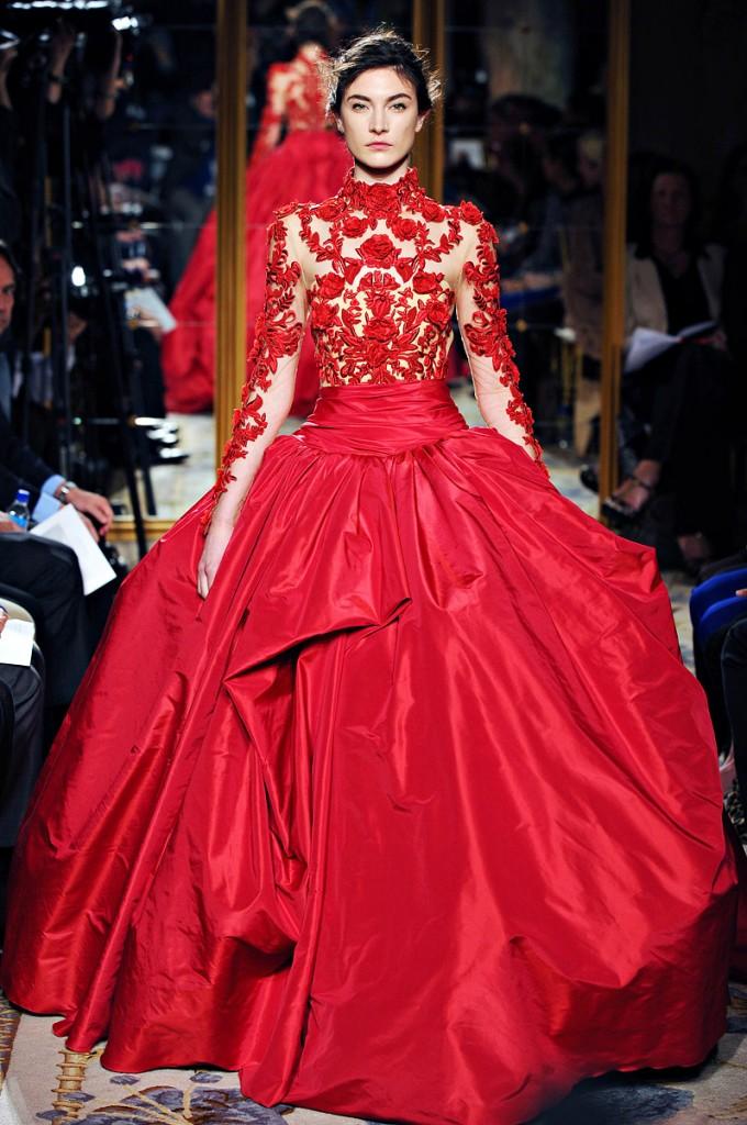 Haute-Couture Au delà d\'un jupon magnifiquement drapé de satin, l\'originalité de cette robe de mariée imaginée par Marchesa réside en son bustier ajouré fleuri de roses rouges. Une création certes pas facile à revêtir mais qui a le mérite de marquer les esprits.   Crédit photo : Marchesa