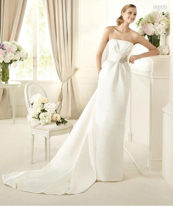 PRONOVIAS Cette robe de mariée aux inspirations japonaises, est ceinturée à la taille avec un bandeau ton sur ton. Modèle signé Pronovias.  Photo : San Patrick, S.L.U