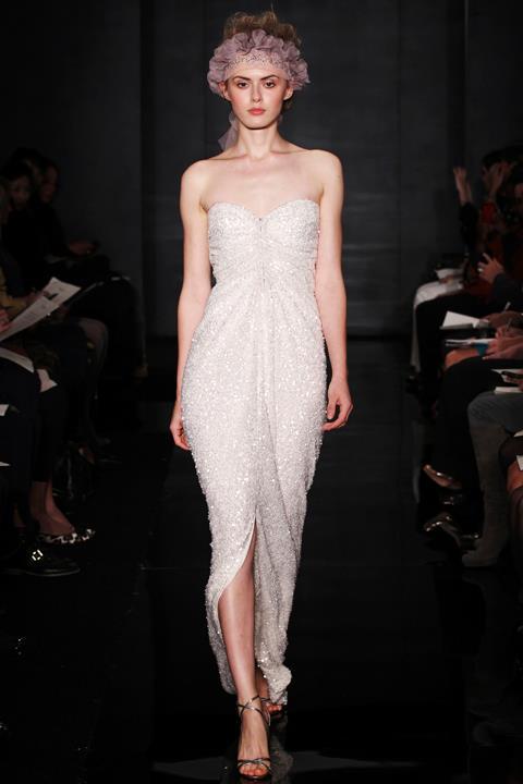 REEM ACRA Version glamour, cette robe de mariée signée Reem Acrascintillera de mille feux. Le truc en plus, cette robe cachera vos petits défauts.  Photo : Reem Acra ©