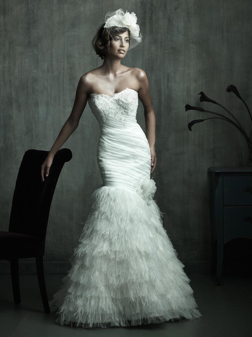 Raffinée Sublimée par un magnifique jupon de plumes, cette robe de mariée en satin et organza est une ode à l\'élégance et au romantisme.  Crédit photo : ALLURE BRIDALS