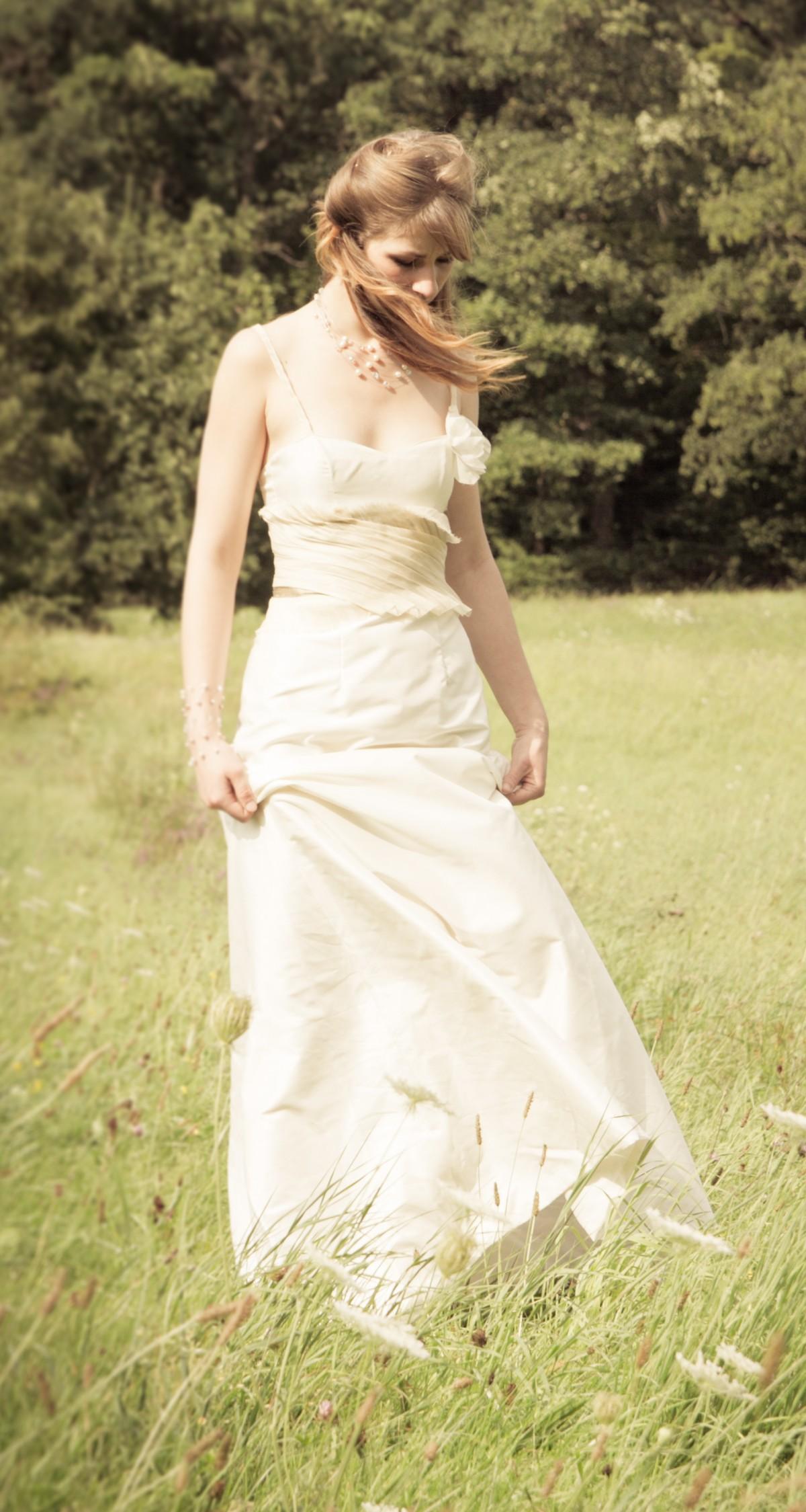 Des robes fabriquées en France, à partir de soies tissées artisanalement et de fibres naturelles: les créations de Caroline Lindenlaub sont composées de soies naturelles, de fibres d'ananas pour «des robes de mariée écolo-éthiques», dixit la créatrice. En voici un bel exemple avec cette robe LALWENDË, une robe de mariée en taffetas de soie à taille drapée en fibres d\'ananas. 1750€, www.declencheuse-de-reve.com.  Photo DR