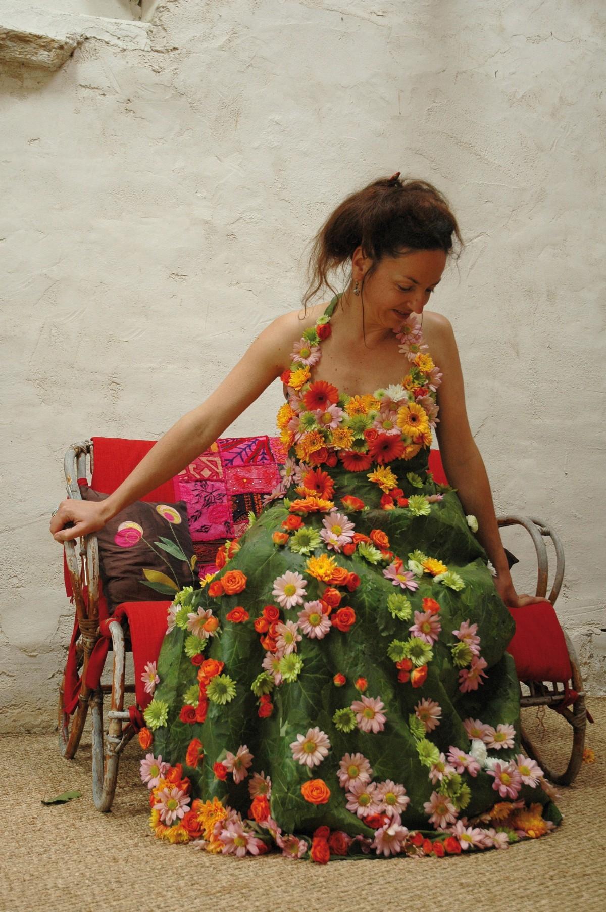 Pour chaque «Robe d'un jour», le choix du modèle de robe de mariée et de la composition se font avec l'artiste, sur rendez-vous à son atelier près de Nantes et partout ailleurs : Bethsabée Beslon, créatrice de ces étonnantes robes de mariée éphémères, se déplace dans toute la France, et au-delà. La gamme de prix varie de 1400 à 7000 euros environ, avec un prix moyen autour de 3000 euros. www.bethsabeebeslon.com Photo Bénédicte Beslon