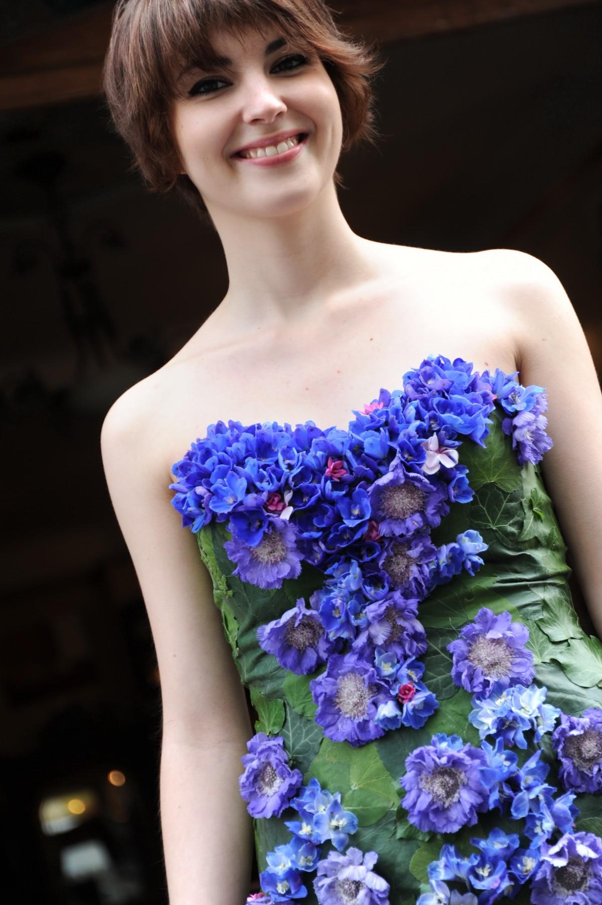 Les incroyables «Robes d'un jour» de Bethsabée Belon sont des robes de mariée uniques recouvertes de fleurs fraiches. Comment? Grâce à un processus de fabrication qui garantit la souplesse et la bonne tenue des robes: une base textile coton et soie, réalisée sur mesure, est conçue en amont de la mise en fleurs et en feuilles qui se fera la veille et le matin du jour du mariage.  Le résultat? Une robe de mariée unique composée de feuillage et de fleurs fraiches, comme par exemple sur ce modèle n°28. La gamme de prix varie de 1400 à 7000 euros environ, avec un prix moyen autour de 3000 euros. www.bethsabeebeslon.com Photo Bénédicte Beslon