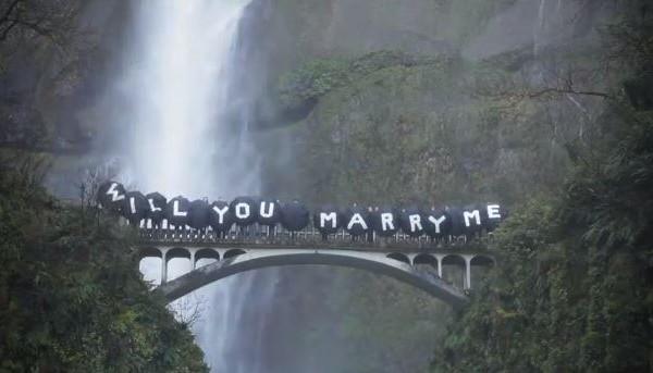 demande-en-mariage-sous-une-cascade-demotions_532_990