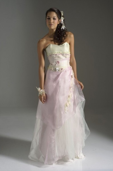 Du rose tendre, du lin, des fleurs... tout l'esprit de la collection Féérique d'Elsa Gary est dans cette robe de mariée toute douce prénommée «Egérie».