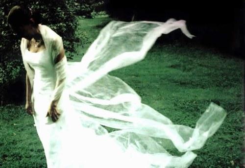 Mireille Etienne-Brunel crée des robes de mariée en papier ou dans des matériaux inhabituels tels que les filtres à lumière. Robe de mariée en papier à partir de 800 €. www.etiennebrunel.com
