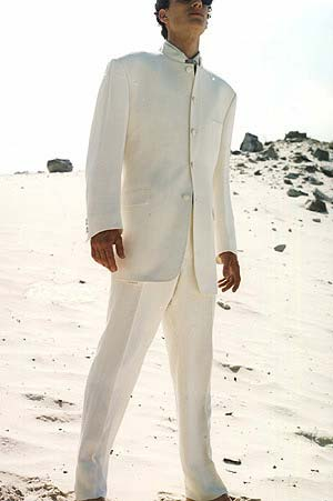 Ce costume blanc cassé présente un col mao avec un effet satiné. La broche portée à la taille apporte une jolie finition. Find this Pin and more on Men's fashion by Afnelly Afnelly.