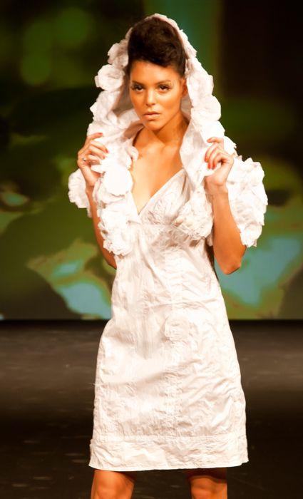 Valérie Pache crée des robes de mariée avec pour seules matières premières la voile de parapente recyclée et des étoffes nobles et naturelles comme la soie et le chanvre bio. Question de conviction pour la créatrice, qui met l'accent sur une fabrication pleinement française avec un travail réalisé à la main dans son atelier.  Un travail illustré ici avec l'ensemble Fleurs du Japon en parapente recyclé, composé d'un top à capuche recouvert d'une multitude de fleurs et doublé en soie naturelle. La robe de mariée, courte, en parapente recyclé est également doublée de soie naturelle. Prix sur demande, www.valeriepache.fr Photo DR