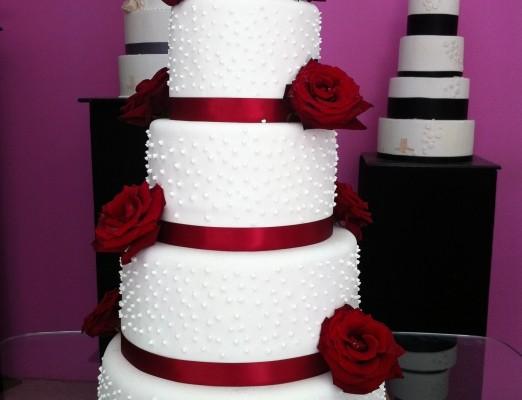 wedding-cake-orne-de-roses-rouges_15_7376