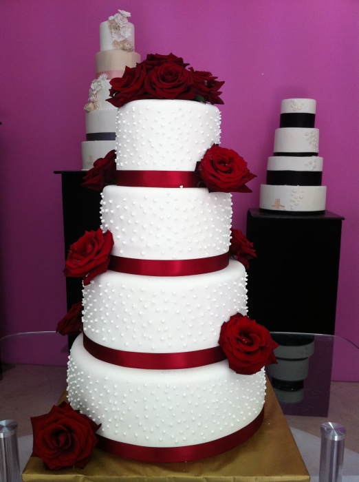 wedding-cake-orne-de-roses-rouges_15_7376