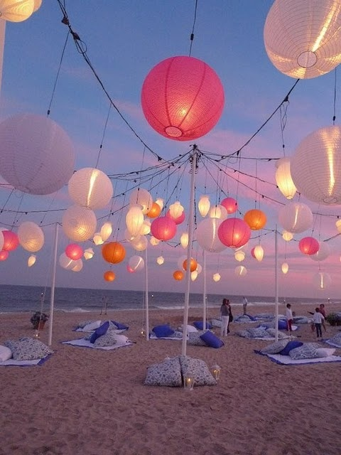 Avant de commencer la soirée, rien de plus agréable qu'un petit sitting sur la plage, éclairé par des jolies lanternes pourvues d'une douce lumière tamisée.