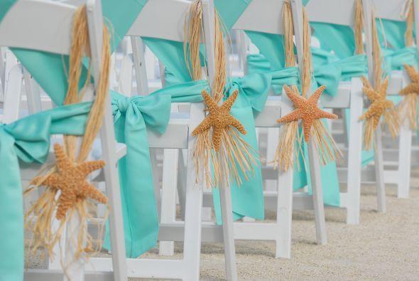 Réussir sa décoration de cérémonie en extérieur sur le thème de la mer peut être très simple. Optez pour la sobriété et la pureté. Il n'y a rien de plus délicat!