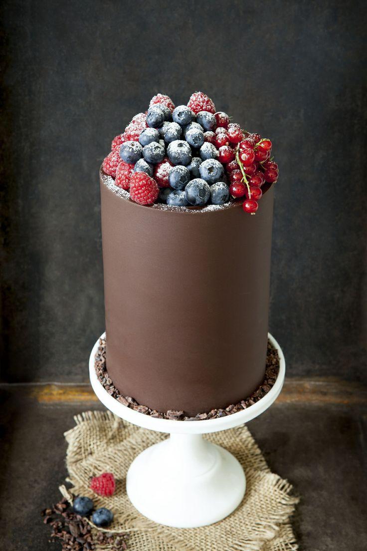 Impossible ne pas craquer pour cette tour en chocolat garnie de fruits rouges prêts à être dégustés ! Quand sobriété et gourmandise font plus que bon ménage, difficile de faire plus harmonieux.