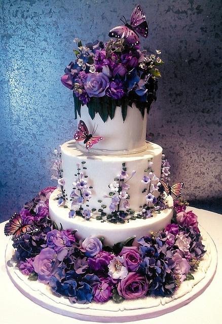2 wedding cake fleurs violettes et papillon