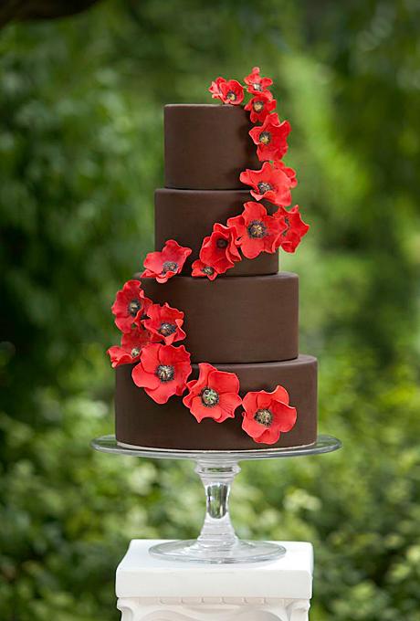 Pour donner un peu de pep's à un gâteau certes gourmand mais un peu sobre, entourez le de jolies fleurs colorées. Ici les coquelicots rappelleront parfaitement un thème de mariage champêtre.