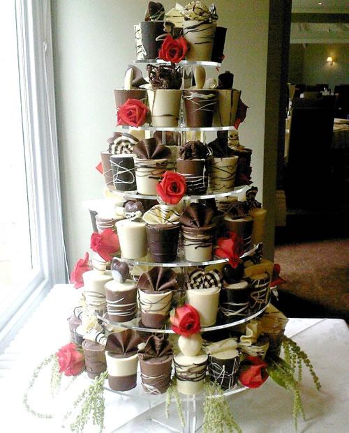 Envie d'éviter la traditionnelle pièce montée ? Demandez à votre pâtissier de créer une pyramide de cupcakes, muffins, cookies... Mais surtout toujours au chocolat !