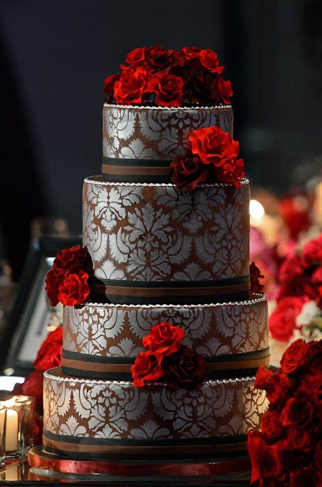 La création de pochoirs et leurs impressions sur ce gâteau chocolaté, voilà l'idée originale de cet élégant wedding cake. Pour compléter la décoration, ajoutez quelques roses rouge passion.