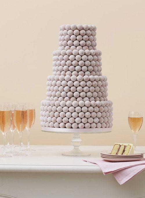 Votre thème de mariage est blanc ou rose poudré mais vous rêvez d'un wedding cake au chocolat ? Et si vous optiez pour des truffes en chocolat recouvertes de sucre glace ?