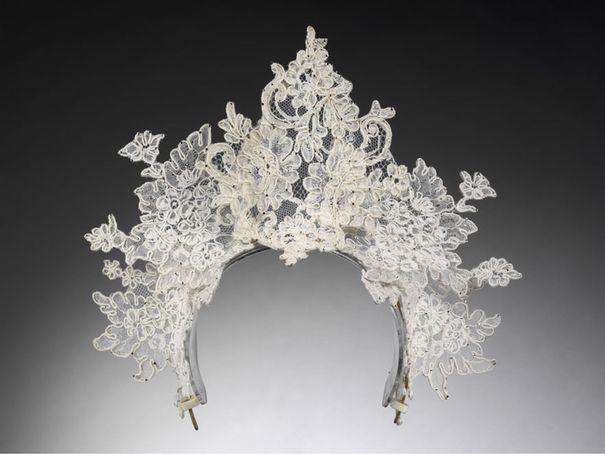2008 : La magnifique tiare en dentelle de Philip Treacy pour Nina Farnell Watson