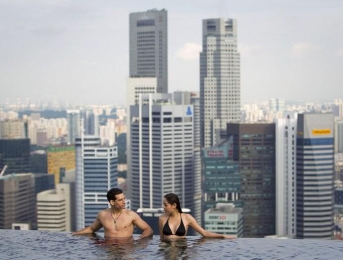 piscine roucouler au bord de la piscine la plus haute du monde