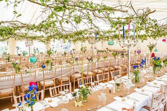 Pour mettre en scène une réception champêtre sous une tente blanche immaculée, mettez-vous à la recherche de longues branches de lierre pour embellir votre plafond.