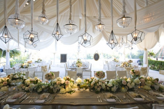 Éclairez vos invités grâce à ces lanternes géométriques en verre suspendues au plafond. Sobre et délicat !
