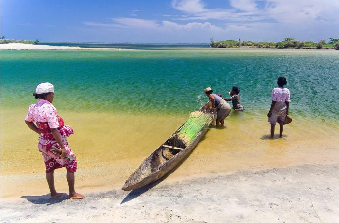 Madagascar - villageois dans le canal des Pangalanes