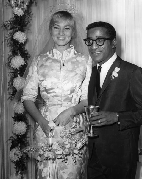 Sammy Davis, chanteur, et May britt, actrice, 1960