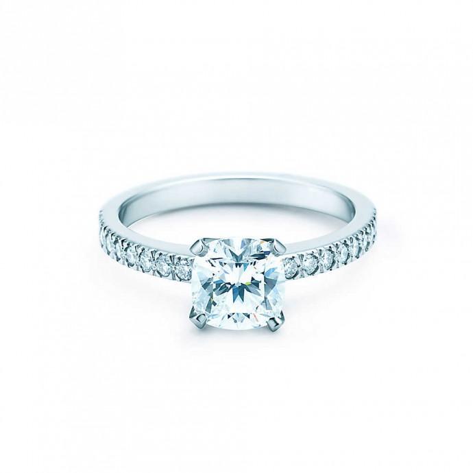Qui n'a jamais rêvé d'avoir une alliance signée Tiffany & Co ?  C'est un bijou qui fait rêver, une vrai bague de princesse en platine et en diamants. Cette taille en coussin est d'une élégance incroyable. Prix : A partir de 13 000 euros