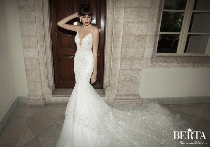 Oh Berta ! Comment refuser de porter une telle robe de mariée ? Sexy grâce au joli décolleté plongeant, vous allez attirer l'oeil !  Robe look 2 - Berta - Collection 2015