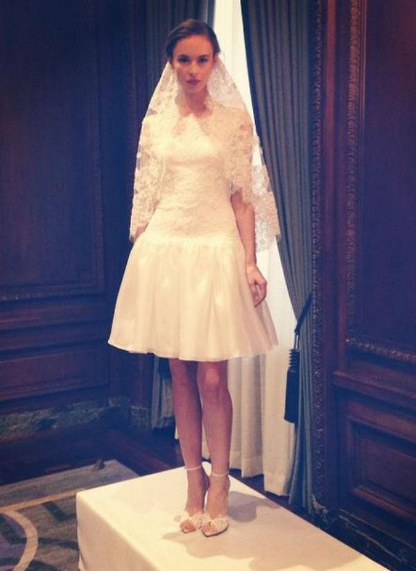 Chez Marchesa, on dévoile ses gambettes dans une robe de mariée courte ! Plutôt destinée à celles qui se marient au printemps/été.