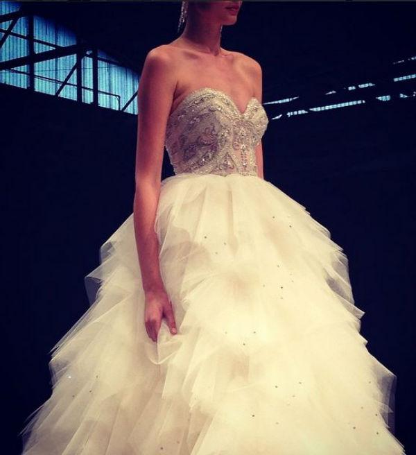 Si vous aimez les robes de princesse, Royal Lace Bridal nous propose cette robe au jupon bouffant : pas de doute, vous serez bien la Reine de la soirée ! A accompagner d'une coiffure et de chaussures sobres, pour contraster.