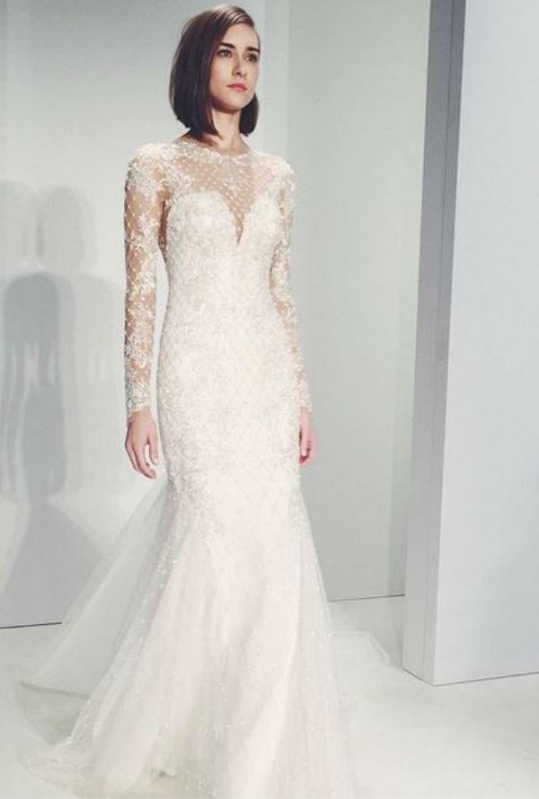 Kenneth Pool nous présente une robe manches longues, élégante et féminine. On aime la dentelle superposée au bustier en forme de coeur.