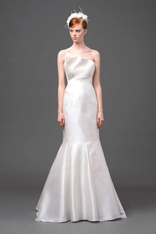 Enfin, dans un tout autre genre, Alberta Ferreti nous propose une robe chic au tissu très sobre : une coupe sirène et un beau bustier drapé donnent le glamour nécessaire à la robe.