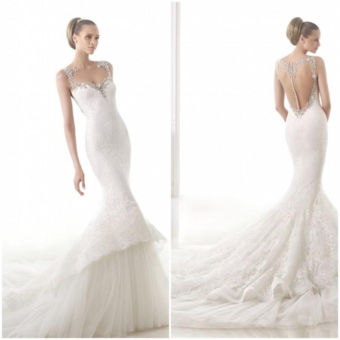 La maison de couture Pronovias a crée cette sublime robe de mariée en tulle, dentelle et perles fines. Mesdames, sa coupe sirène mettra vos formes en valeur. Vous noterez aussi le grand décolleté en V dans le dos. Sublime n'est-ce pas ? Une robe très chic, sexy, ultra féminine. Craquerez-vous ? Robe Canace - Pronovias - Collection Atelier 2015