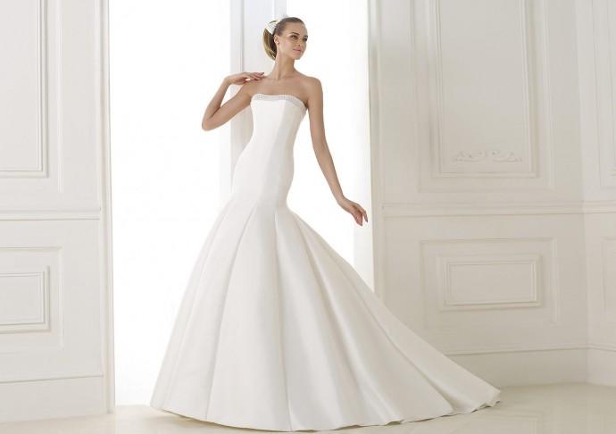 Que d'élégance pour Pronovias qui nous offre cette sublime robe de mariée avec un bustier incrustés de pierres fines et de perles. La coupe sirène en mikado est un vrai bijou. Vous allez être glamour et moderne.  Robe Balar - Pronovias - Collection Costura 2015